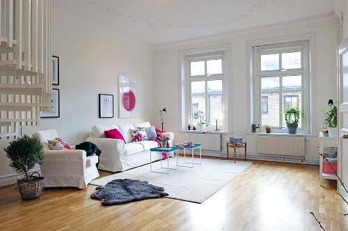 Une d co d appartement en cyan magenta jaune et noir for Decoration salon appartement