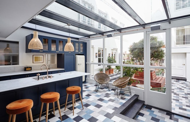 L'espace salle à manger se prolongeant sur la terrasse