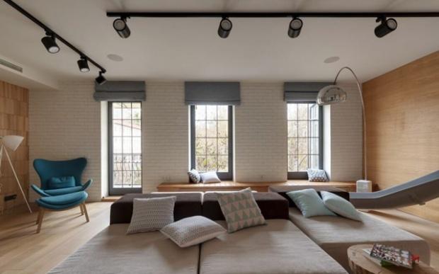 Le salon avec son coin lecture et son bahut courant le long de tout l'espace.