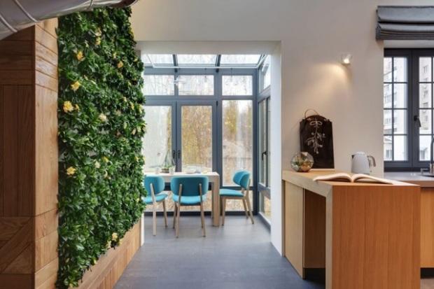 Le mur végétal qui assure la jonction entre la cuisine et la salle à manger