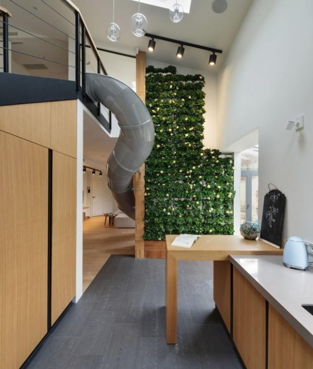 Deux des éléments marquant du projet, le mur végétal et le toboggan
