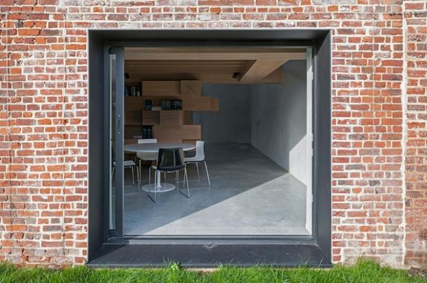 Conseilsdeco-Sculpture-mobilier-Belgique-studio-Farris-bureaux-bois-poutre-renovation-mezzanine-Koen-Van-Damme-03