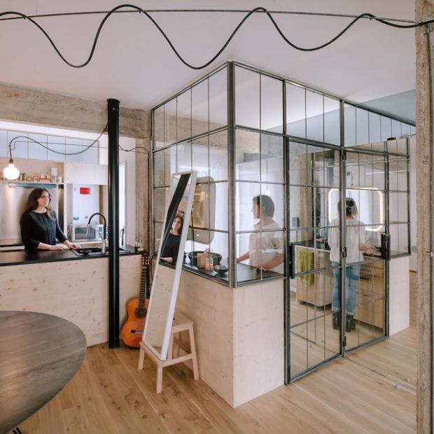 un appartement aux cloisons totalement vitr es conseils d co. Black Bedroom Furniture Sets. Home Design Ideas