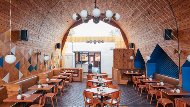 Exceptionnel Du bois, des motifs géométriques et un plafond voûté dans ce  RP79