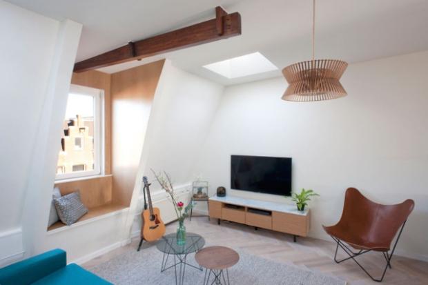 Dans le salon deux puis de lumières ont été percés pour compenser la relative petitesse de la seule fenêtre de la pièce