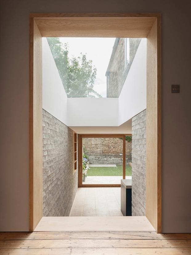 Une extension de maison qui combine subtilement la brique, le béton ...