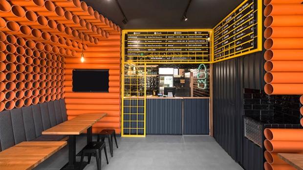 300 tuyaux en PVC rythment la décoration de ce restaurant ...